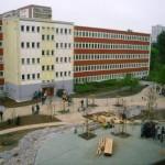 Schulhof vor dem Haus 2