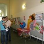 Herr Prof. Dr. S. Kipf erklärt einem Studenten das Gemeinschaftsprojekt