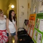 Sophie und Katrin betrachten die Infotafeln zum Pygmalion-Mythos