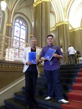 Herr J. Triebe und Steven Heckler auf der Treppe
